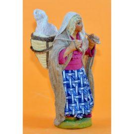 Donna con cesto pecora dietro spalle