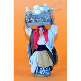 Donna con cassetto aglio in testa