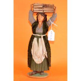 Donna con cassetta legno in testa