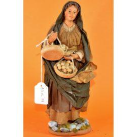 Donna con cesti di uova in mano