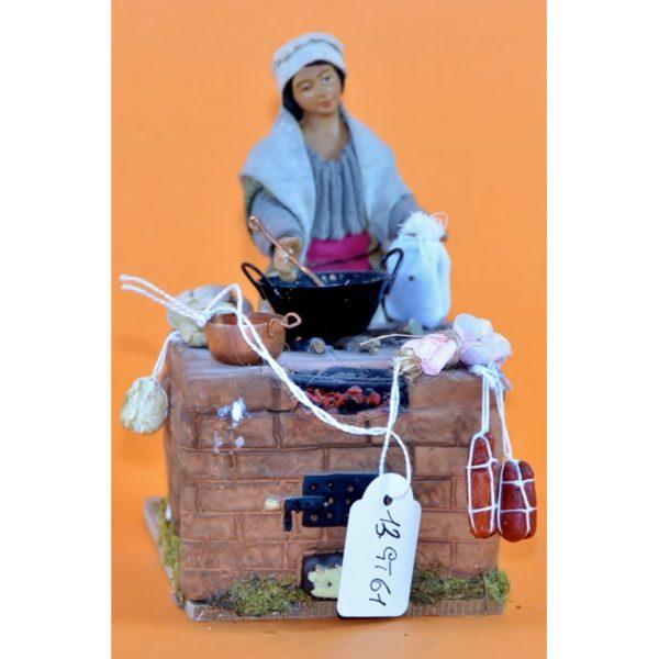 Donna in cucina di terracotta