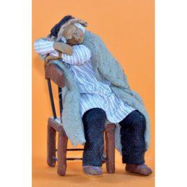 Uomo che dorme su sedia