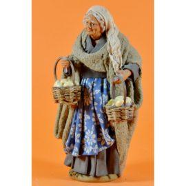 Donna con cesti uova paglia in mano