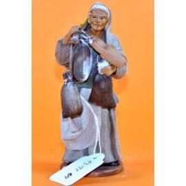 Donna viandante con sacchi e anfore