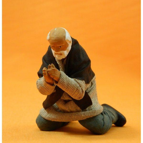 Uomo in ginocchio che prega