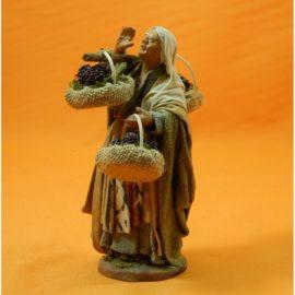 Donna che da la voce con tre cesti di uva